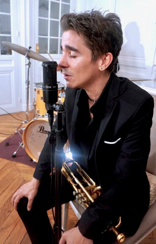 chanteur de jazz chantant en gros plan