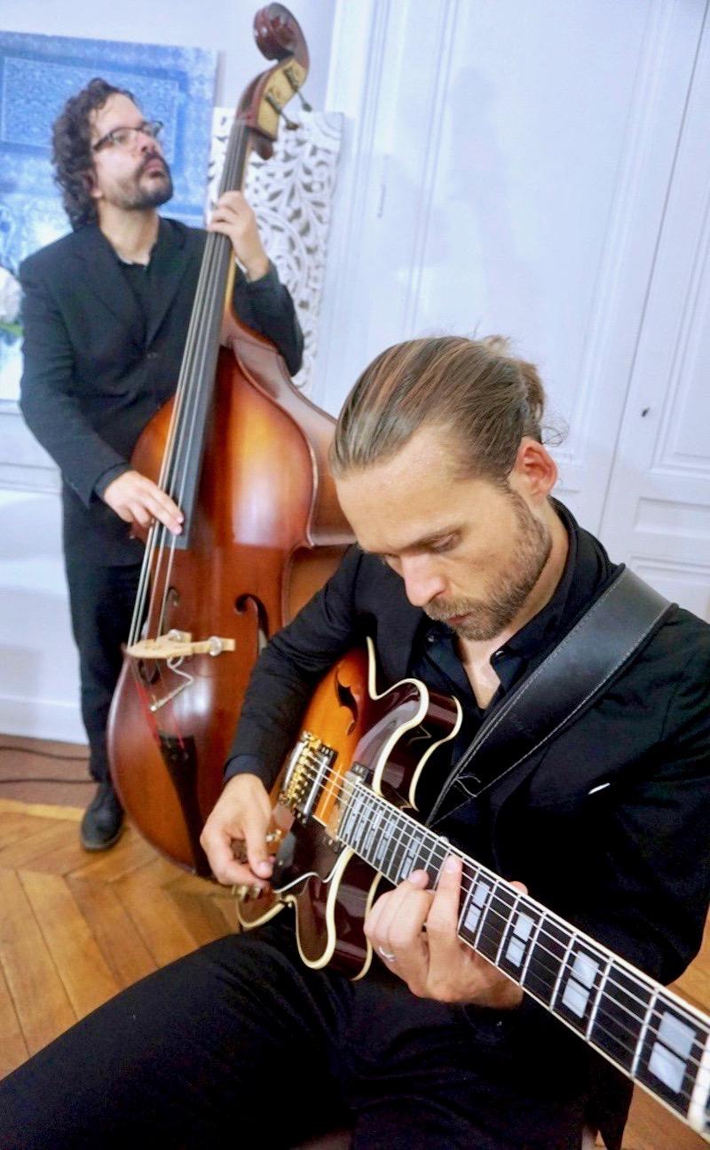 guitariste et contrebassiste de jazz jouant en duo