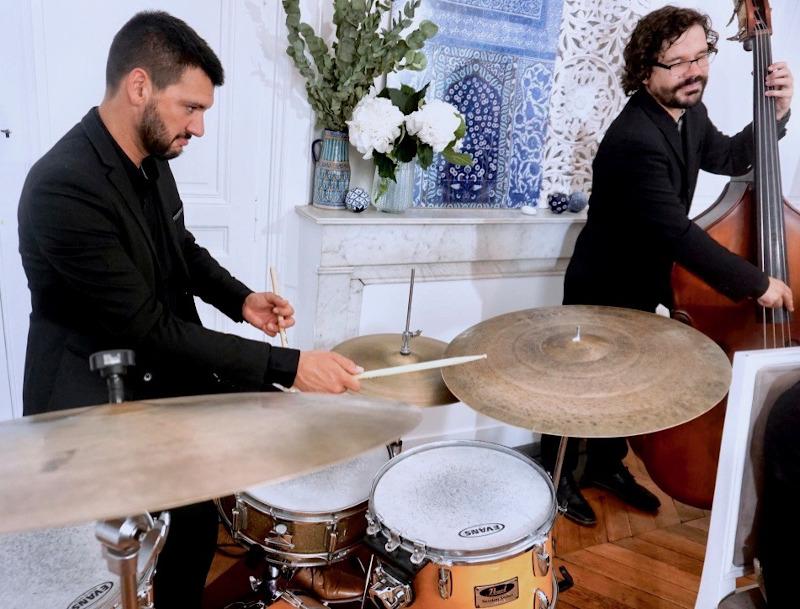 batteur et contrebassiste de jazz jouant ensemble
