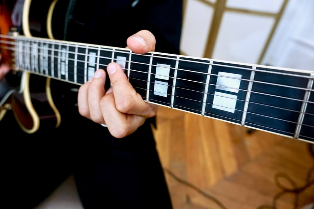 gros plan guitare jazz accord