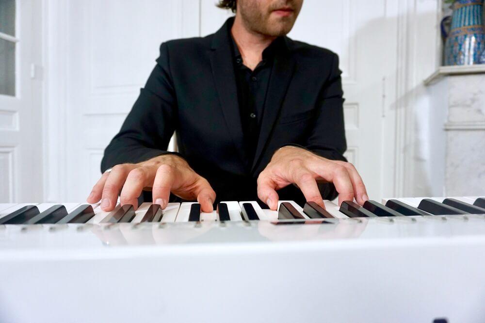 gros plan piano jazz accord